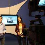 Telejornal comemorativo com dois apresentadores